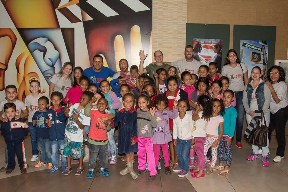 Grupo BNI Conexão – BNI São Paulo, leva crianças da ONG Torre Forte para tarde em cinema